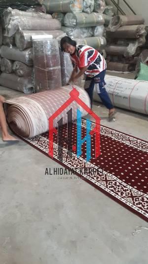Proses pengukuran karpet masjid turki tulip sebelum dikirim ke MAN Insan Cendikia Pekalongan