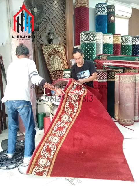 proses pengobrasan karpet masjid