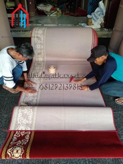 proses penyambungan karpet masjid menuju pontianak